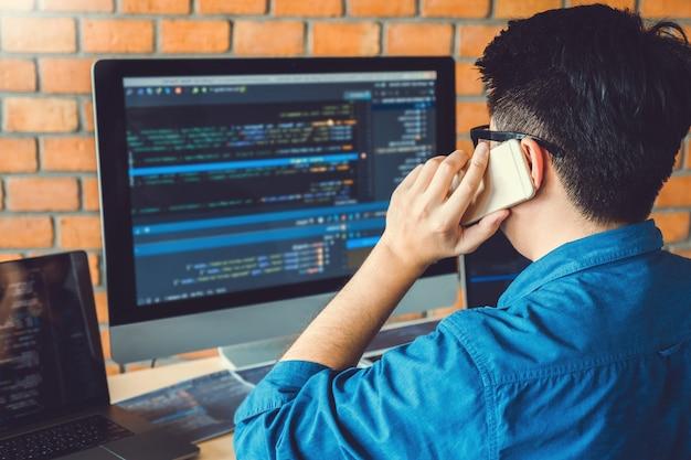 プログラマーの開発開発webサイトのデザインとコーディングテクノロジーの動作