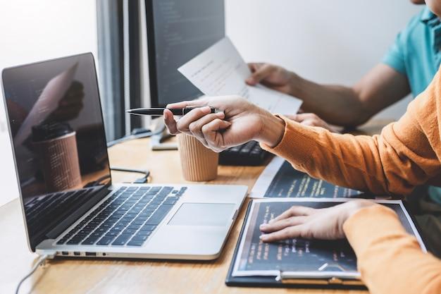 デスクトップコンピューターで開発しているソフトウェアでwebサイトプロジェクトに協力して作業するプログラマー
