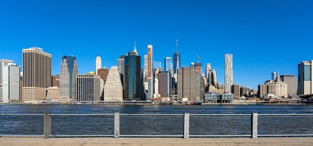 ニューヨークの街並み川側のバナーとwebページまたはカバーテンプレート