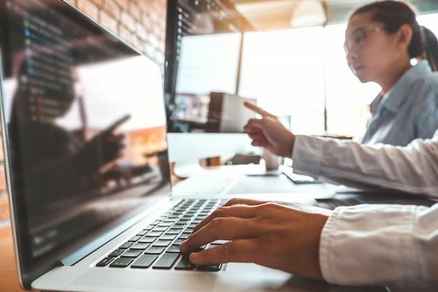 コンピューターコードを読むプログラマーの開発開発webサイトのデザインとコーディングテクノロジー。