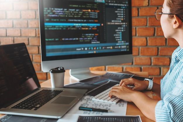 コンピューターコードを読むプログラマーチームの開発開発webサイトのデザインとコーディングテクノロジー。