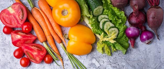 虹色の野菜。健康食品のコンセプトです。トップビュー、webサイトのバナー
