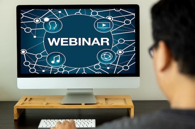 Вебинар на столе использование интернет-бизнеса подключение к интернету на компьютере веб-семинар с человеком на дисплее ноутбука конференция, веб-семинар