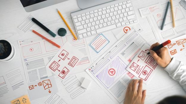 Дизайнер сайтов создает эскиз приложения