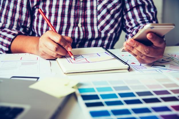 Дизайнер веб-сайтов разработка приложений для творческого планирования графический креатив, креативность женщина работает на ноутбуке и разрабатывает стиль цветовых идей