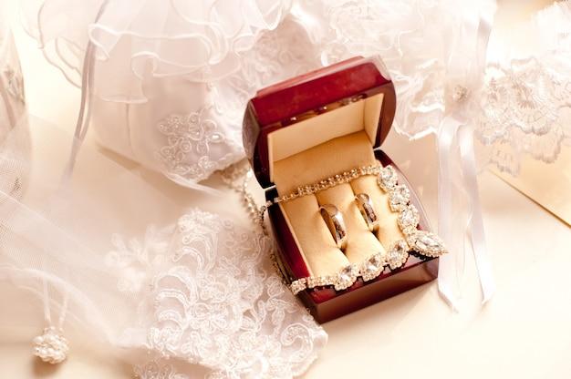 Кольца weddind в украшениях в деревянной шкатулке