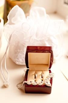 Венчаные кольца в деревянной шкатулке