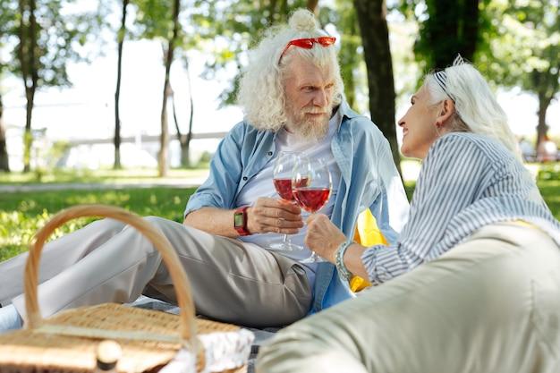 결혼 기념일. 축하하는 동안 피크닉을 조직하는 즐거운 멋진 커플