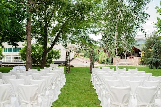 結婚式のアーチと椅子