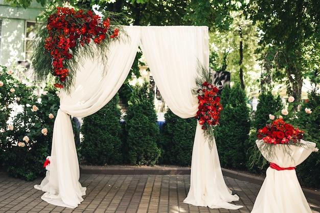 花で飾られた結婚式のアーチとテーブル。結婚式の装飾。