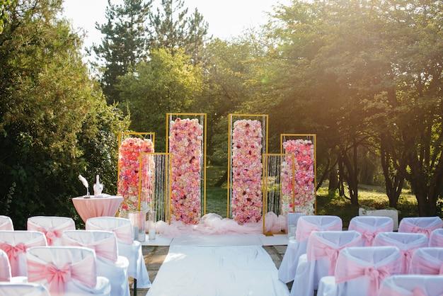 Свадебные арки и свадебные украшения.
