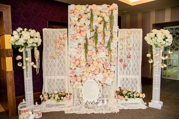 結婚式のアーチの美しい自然な色。