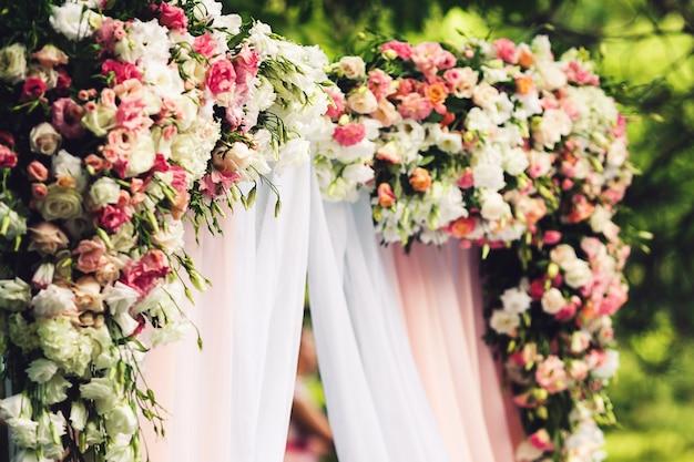 花で飾られた結婚式のアーチ