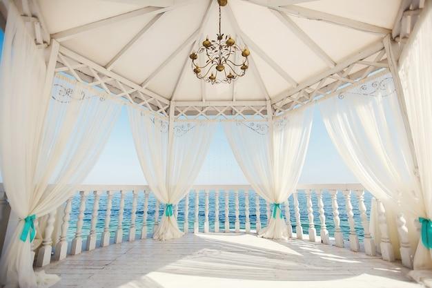 Свадебная арка в цвете тиффани на пляже.