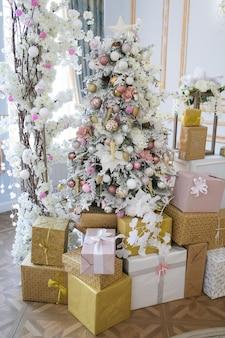 Свадебная арка из елочных игрушек и подарков