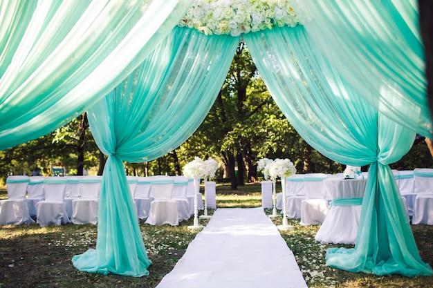 花とミント色の結婚式のアーチ
