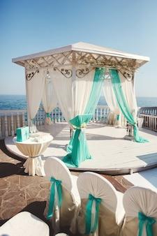ビーチでの結婚式のアーチ