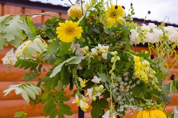 花の装飾が屋外のクローズアップと結婚式のアーチ