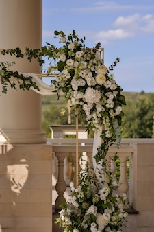흰색 꽃꽂이와 웨딩 아치입니다.결혼식 장식입니다.