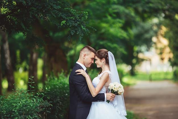 Свадьба как источник удовлетворения. жених и невеста вместе. молодоженов в день свадьбы.