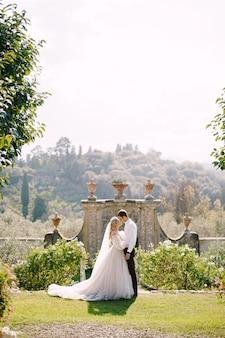 Свадьба на старой винодельне виллы в тоскане, италия.