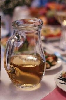 結婚式の属性とアクセサリー。ブライダルブーケとシャンパングラス。