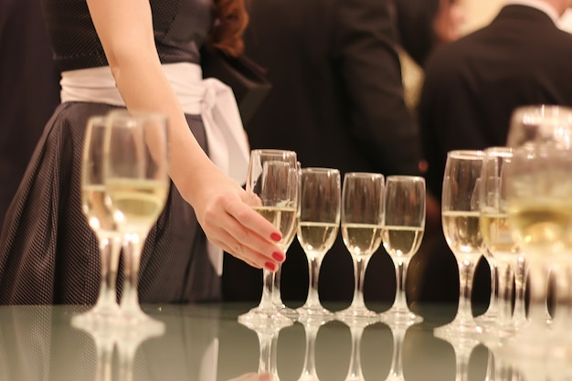 Свадебные атрибуты и аксессуары. букет невесты и бокалы для шампанского.