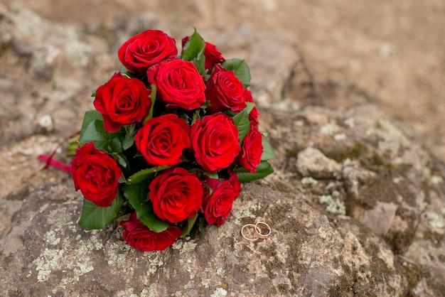 結婚式の背景の花束とリング。