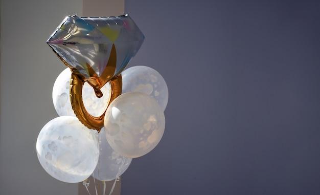 Свадебный фон с воздушными шарами и обручальным кольцом концепция фото