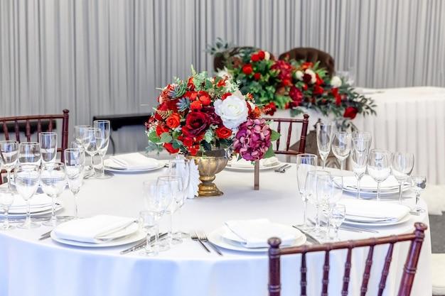 白いテーブルのケータリングサービスによって手配された結婚披露宴の装飾