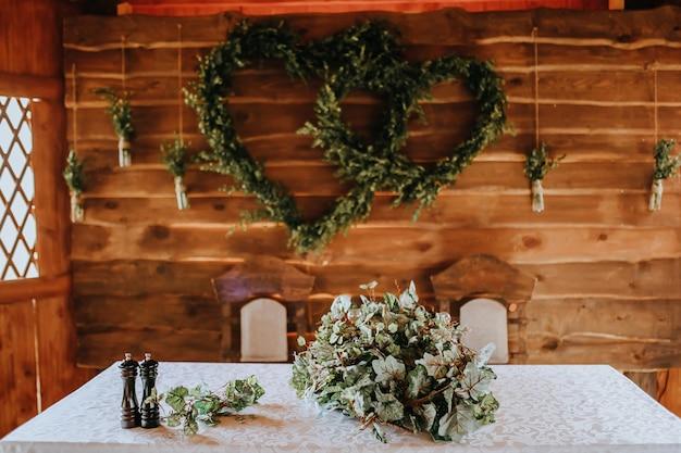 結婚式の宴会の装飾。パーティーで花や植物で飾られた新郎新婦のための場所