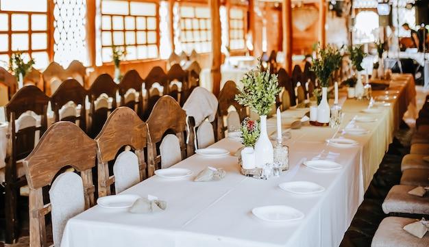 結婚披露宴の装飾。パーティーで花や植物で飾られたゲストのための場所