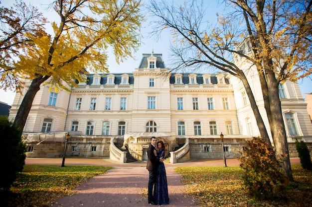 城で夕方に美しいカップルの結婚式