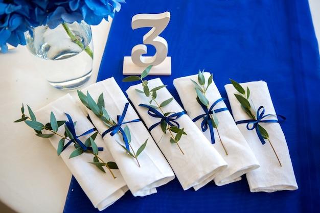 테이블과 라벤더에 웨딩 블루 장식