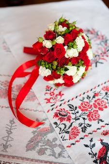 Свадебный букет и полотенце