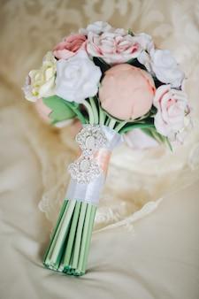ウェディングブーケ。バラの素朴なスタイルの美しいウェディングブーケ。