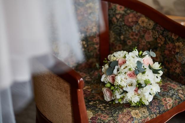 ウェディングブーケ。別の新鮮な花のカラフルな花束。花の組成物。結婚式の装飾、アートワーク、花屋。