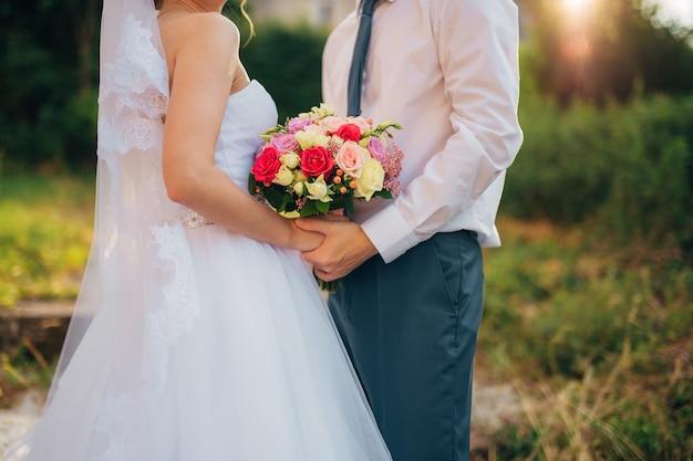 Свадебный букет в руках невесты. свадьба в черногории