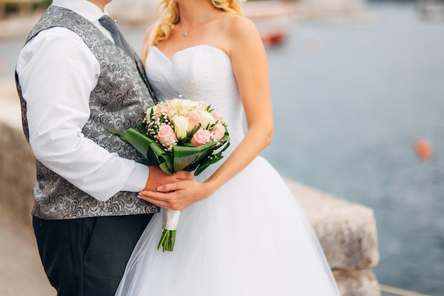 신부의 손에 결혼식 꽃다발입니다. 몬테네그로에서의 결혼식