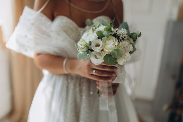 花嫁の手にウェディングブーケ。