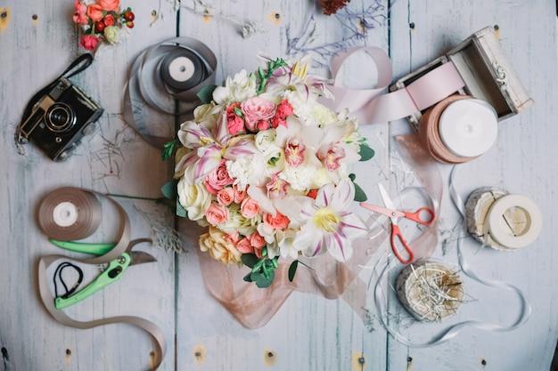 結婚式の花束は、リボン、カメラとはさみの間にある