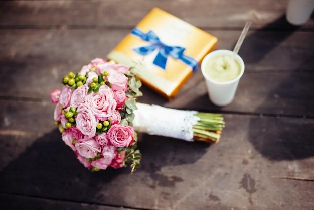 신부-화려한 꽃의 꽃다발 웨딩.