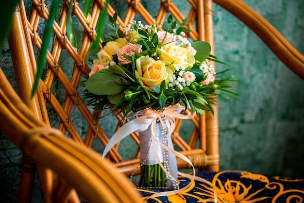 Свадебный букет из разных цветов к празднику