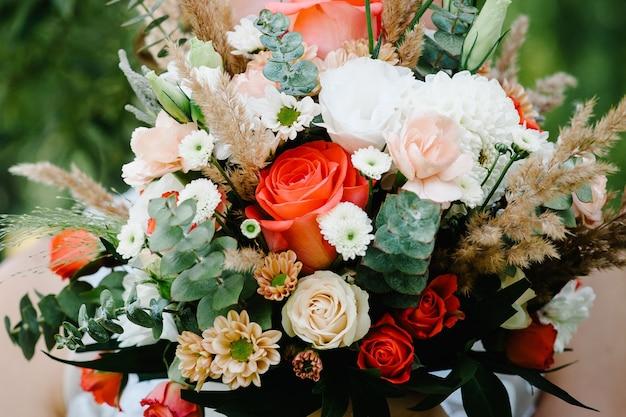 Свадебный букет из цветов и зелени