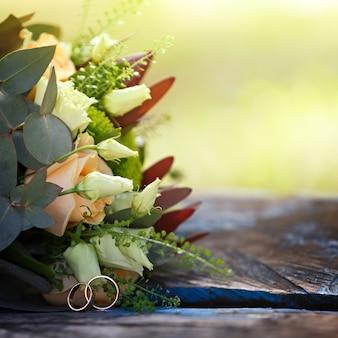 결혼식, 금 반지와 신부 꽃의 꽃다발. 엄숙한 의식 장식.