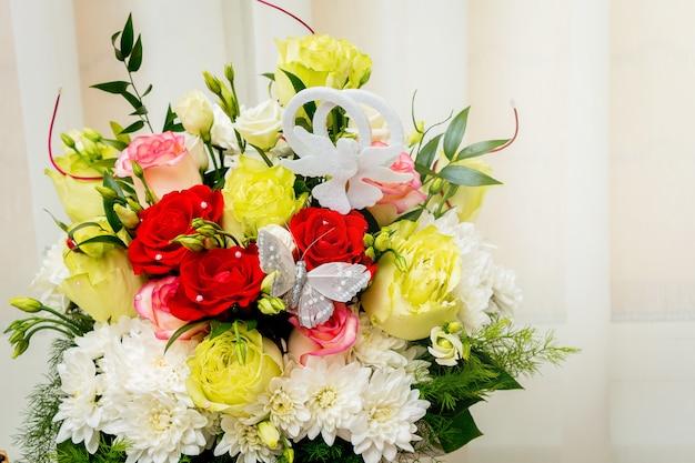 여러 가지 빛깔 장미와 카모마일의 꽃다발 웨딩. 휴일 및 축하 꽃
