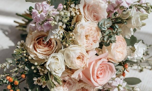 신혼 부부의 바닥에 모란 꽃의 웨딩 부케