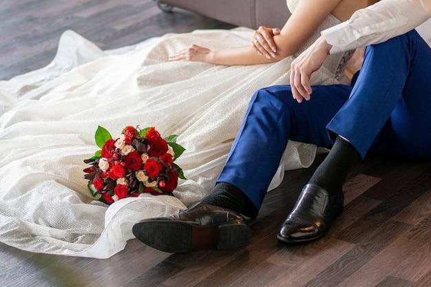 バラのウェディングブーケはウェディングドレスにあります。