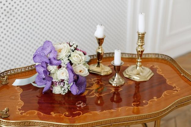 花嫁とフープリングのウェディングブーケ