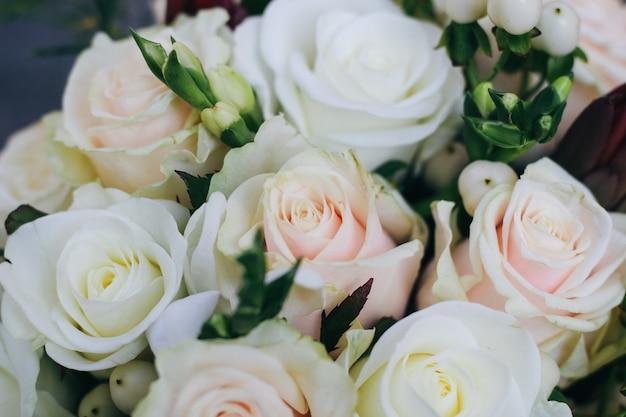 Свадебный букет из белых роз, белых ягод и протея